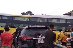 Xe giường nằm lao vào ô tô con trên cao tốc Nội Bài – Lào Cai, 7 người bị thương