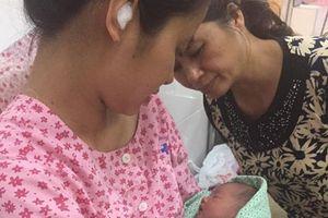 Vợ sinh con ngay ven đường, ông bố trẻ cởi phăng áo ủ ấm em bé
