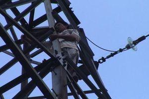 Nghi ngáo đá, người đàn ông trèo trụ điện cao thế liên tục la hét