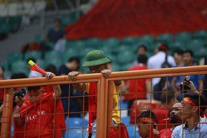'Ronaldinho' đội mũ cối, cổ vũ Văn Quyết và Olympic Việt Nam