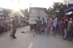 Xe máy va chạm với xe tải, bé trai 2 tuổi chết thảm