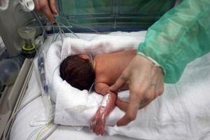 Cho con uống nước ép trái cây, bé 6 tháng bị bại liệt, tử vong đau đớn