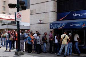 Trước ngày đổi tiền, người Venezuela như 'ngồi trên đống lửa'