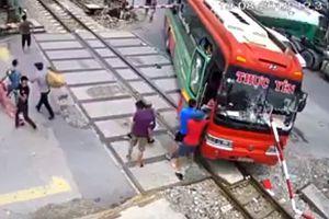 Clip xe khách bị đâm thủng kính khi lao vào đường ray tàu hỏa, khách chạy toán loạn