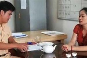 Phụ nữ lăng mạ CSGT sau khi gia đình đi chùa về