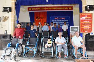 Trao 10 xe lăn cho người khuyết tật ở Hoàng Mai
