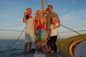 Gặp gia đình lênh đênh trên biển, suốt 10 năm đi vòng quanh thế giới