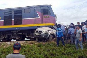 Hiện trường thương tâm vụ tàu hỏa đâm ô tô chở gia đình về quê ăn rằm tháng Bảy