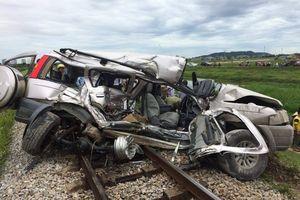 Nghệ An: Ô tô cố băng qua đường ray dẫn đến tai nạn thảm khốc