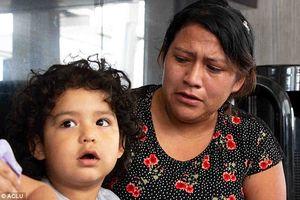Clip: Đau lòng cảnh con trai nhỏ không nhận ra mẹ sau 4 tháng biệt ly