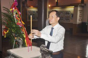 Đoàn đại biểu của tỉnh dâng hương tưởng niệm Chủ tịch Hồ Chí Minh, Mẹ Việt Nam anh hùng và các Anh hùng liệt sĩ