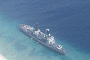 Tàu khu trục Philippines mắc cạn gần bãi đá ở Trường Sa