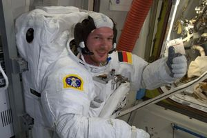 Trạm vũ trụ ISS bị thủng