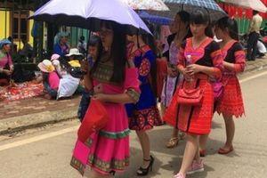 Sơn La: Hàng ngàn du khách vượt mưa lũ ùn ùn về Mộc Châu