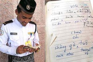 Chàng bảo vệ Malaysia nói được 7 thứ tiếng trong 15 tháng