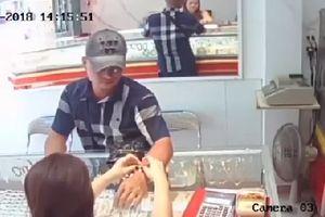 TP. HCM: Táo tợn mang bịch USD giả vờ mua vàng rồi cướp