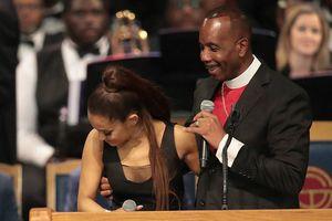 Mục sư 60 tuổi xin lỗi vì đặt tay lên ngực Ariana Grande trong tang lễ
