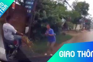 Xe máy né người đi đường lao thẳng vào bụi cây