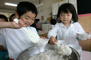 Bữa ăn trưa hấp dẫn của các em nhỏ Nhật Bản: Mô hình hoàn hảo cho cả thế giới