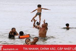 Biển Hà Tĩnh tấp nập du khách đến nghỉ lễ Quốc khánh