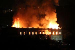 Bảo tàng 200 năm tuổi ở Brazil chìm trong biển lửa