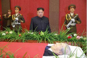 Nhà lãnh đạo Kim Jong-un tới viếng nhà nghiên cứu tên lửa hàng đầu của Triều Tiên