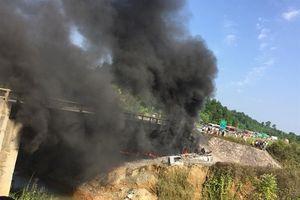 Va chạm với xe con, xe bồn lao qua thành cầu bốc cháy dữ dội