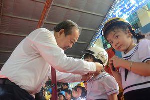 Phó Thủ tướng Trương Hòa Bình trao 'bài học đầu tiên' cho các học sinh