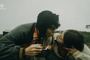 Phát ghen với nụ hôn mì gói, trào lưu từ phim ảnh ra đời thật
