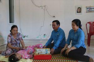 LĐLĐ Quảng Nam trao quà Trung thu sớm cho trẻ em khuyết tật