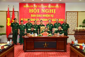 Bàn giao nhiệm vụ Bí thư Đảng ủy, Chính ủy Quân khu 7