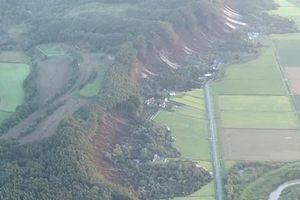 Hàng loạt ngôi nhà bị sập sau trận động đất rung chuyển Nhật Bản