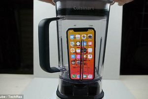 Chuyện gì xảy ra khi cho iPhone X vào máy xay sinh tố?