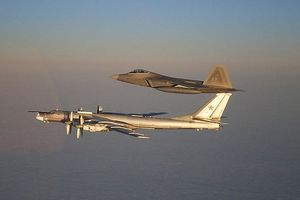 Tiêm kích F-22 Mỹ áp sát Tu-95MS của Nga tại Bắc Cực