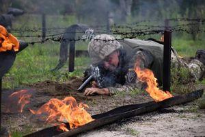 Cận cảnh lính dù Ukraine thực hiện bài sát hạch thực tế cực kỳ khắc nghiệt
