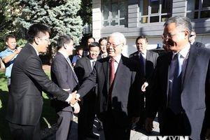 Tổng Bí thư thăm Đại sứ quán và nói chuyện với Việt kiều tại Hungary