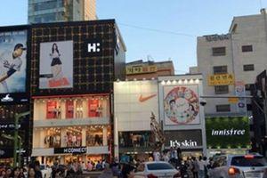 Hàn Quốc: Đi du lịch thiếu tiền, 3 chàng trai để bạn gái 'đi khách'