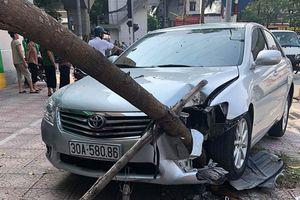 Hà Nội: Ôtô mất lái 'hạ gục' hàng loạt xe máy và cây xanh
