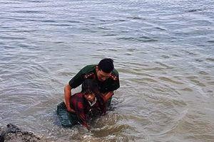 Công an lao xuống đập cứu sống người phụ nữ mò hến bị đuối nước