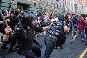 Dân Nga biểu tình rầm rộ phản đối tăng tuổi hưu trí, cảnh sát ra tay