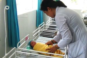Bé gái sơ sinh nặng 3,8kg bị mẹ bỏ rơi trong bệnh viện
