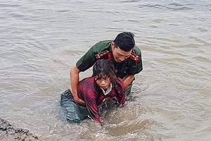 Đại úy công an lao mình xuống sông sâu cứu người 
