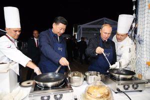Ông Putin và ông Tập Cận Bình đeo tạp dề, cùng nhau làm bánh