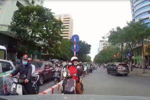 Nữ 'ninja' chạy ngược chiều, bị tài xế ô tô ép lùi trên phố Hà Nội