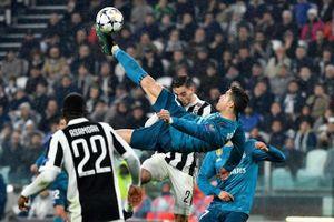 Pha 'ngả bàn đèn' của Ronaldo bị mang ra so sánh
