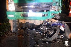 Tông vào đuôi xe tải dừng bên đường, 4 học sinh tử vong