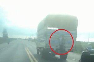 Clip: Cậu bé đu bám sau xe tải khiến người đi đường khiếp vía