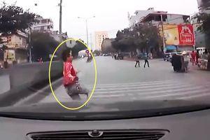 Clip: Băng qua dải phân cách, nam thanh niên 'chui' gầm xe ôtô ở Quảng Ninh
