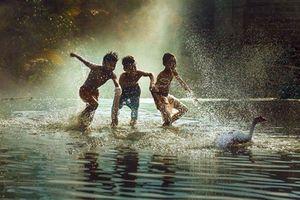 Dân mạng hoài niệm về những ngày đầu trần tắm mưa cực vui