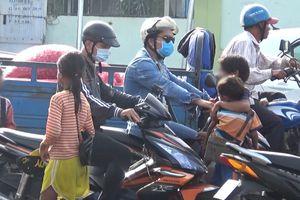 TP.HCM: Trẻ ăn xin ngày đêm len lỏi giữa dòng xe